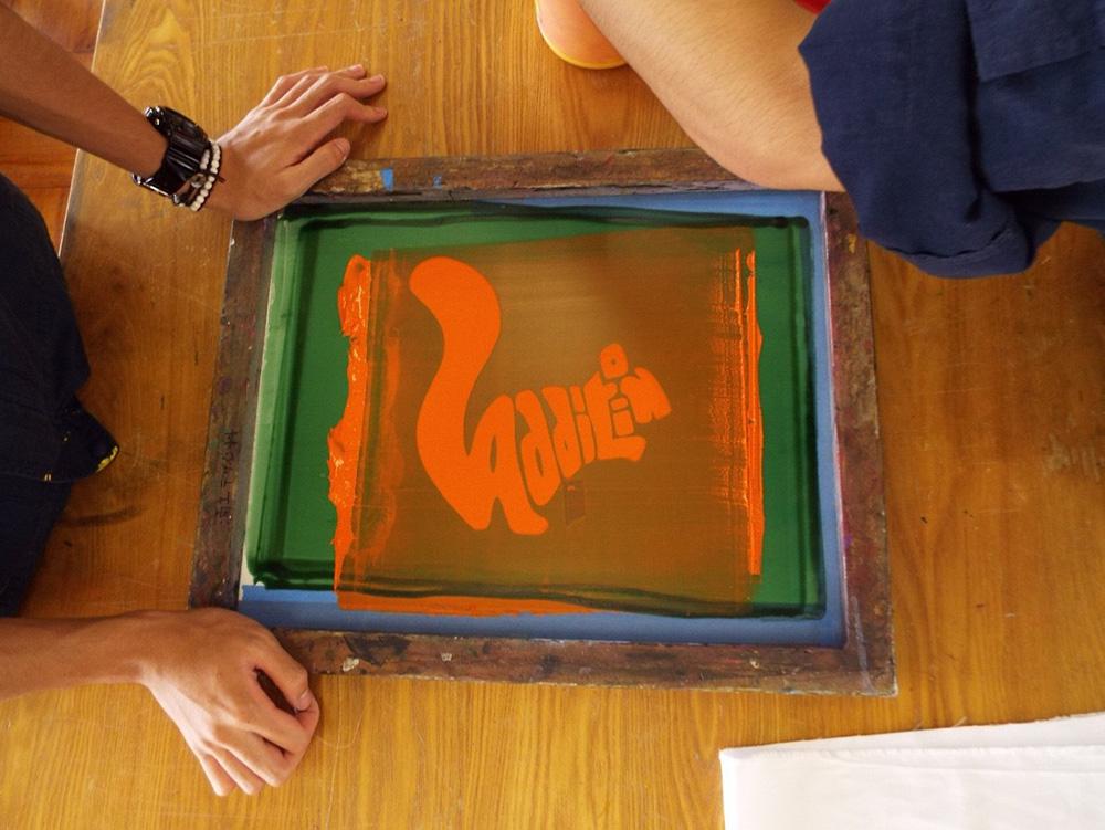 シルクスクリーン印刷の作業風景