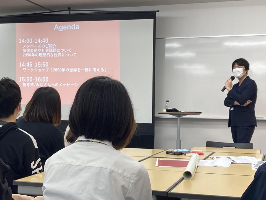 今日のスケジュールを説明するメンバーズ高見沢さん。学生はとても真剣な様子でした。